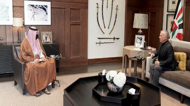 الملك يتسلم رسالة من أمير قطر