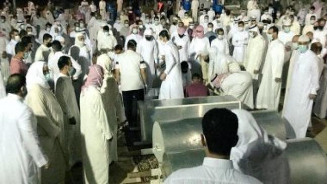 """دفن الأشقاء الخمسة ضحايا مذبحة الأحساء بالسعودية """"ولم يحل لغز مقتلهما !!"""