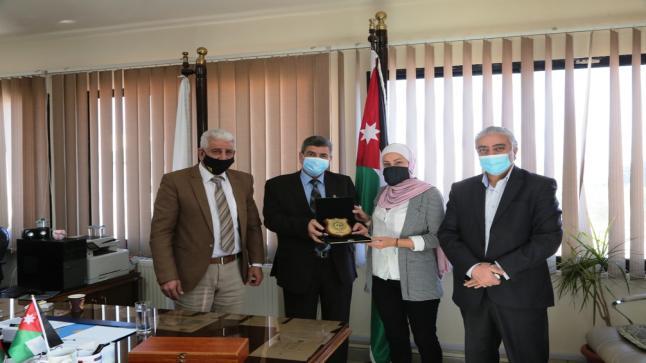 رئيس جامعة الزيتونة الأردنية يكرم الحكم إلهام خزنة