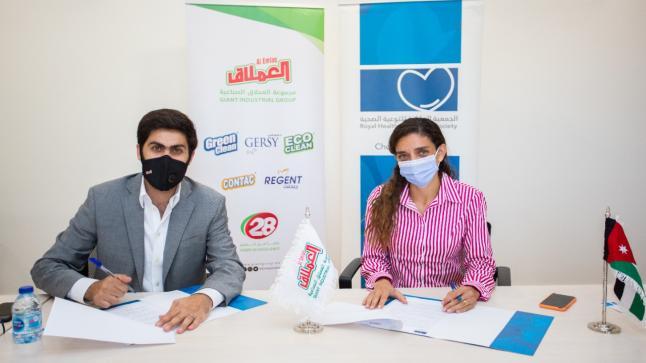 العملاق الصناعية تتبرع بمعقمات للمدارس المشاركة في برامج الجمعية الملكية للتوعية الصحية