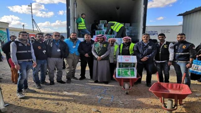 مركز الملك سلمان للإغاثة يوزع 2725 سلة غذائية ضمن محطته السابعة على السوريين في مخيم الأزرق